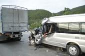 Xe chở khách du lịch đâm vào xe tải, 9 người thương vong