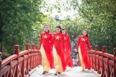 Những người mẫu xinh đẹp trong áo dài đỏ hát vang Quốc ca