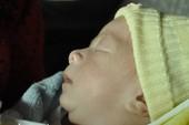 Loạt ảnh độc quyền: Cha con bé Huy đã về đến quê nhà