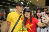Hơn 10 CĐV đón đội tuyển Việt Nam