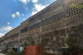 Bức tường to lớn cũ nát chực đổ sập ở quận 9