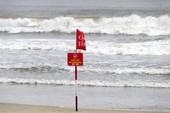 Ngày hè đi tắm biển sao cho an toàn?