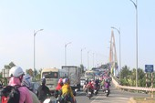 Người dân ùn ùn đổ về TP HCM chiều mùng 5 Tết