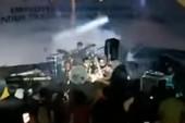 Kinh hoàng sóng thần cuốn phăng ban nhạc đang diễn ở Indonesia
