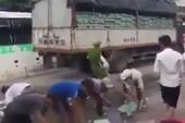 Xe chở bia bị đổ, CSGT và người dân cùng nhặt giúp