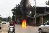 Gọi bạn mang xăng đến đốt xe sau va chạm trên đường