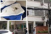 Áo học sinh bị bẩn, trường phải mời công an