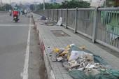 Rác trải dài trên cầu Tân Thuận