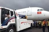 Sự cố máy bay rớt bánh: Thu bằng phi công có đúng luật?