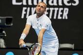 Tay vợt từng dương tính với ma túy khiến Federer chao đảo