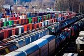 Khó tin: Trẻ sơ sinh 'trôi' từ nhà vệ sinh xuống đường ray xe lửa