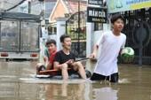 Dân TP.HCM đi chợ bằng xuồng sau bão số 9