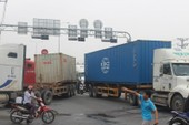 Container chết máy, ô tô nằm nối đuôi khu cầu vượt Linh Xuân