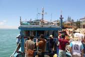 Ngồi trong cabin tàu, ngư dân bị sóng dữ hất văng xuống biển