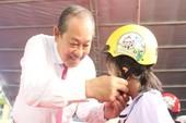 Phó Thủ tướng Trương Hòa Bình tặng mũ bảo hiểm cho HS Đà Nẵng