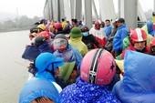 Dân đứng chật cầu xem việc tìm kiếm 1 phụ nữ nhảy sông