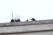 Hơn 100 cảnh sát và lính bắn tỉa đang vây bắt kẻ ôm vũ khí