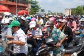 Hàng ngàn người Sài Gòn đội nắng nhận... thức ăn nhanh miễn phí