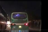 Xử phạt tài xế lái xe buýt leo vỉa hè