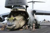 Máy bay khổng lồ Mỹ 'nuốt' cả tàu ngầm