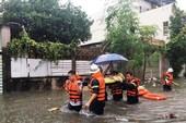 Cảnh sát kịp cứu bà bầu bị kẹt trong căn nhà ngập nước