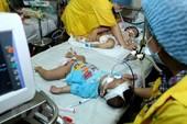 Cặp song sinh 11 tháng tuổi nguy kịch vì mắc sởi