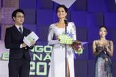 H'Hen đi nhận giải với váy dạ hội 'mặc hụt' ở Miss Universe