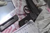 Khám xét ma túy 'lộ' ra súng K59, đạn, roi điện
