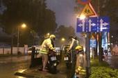 TP.HCM: CSGT rải quân toàn thành phố cứu nguy điểm ngập