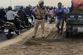 Cảnh sát vác xẻng dọn vệt cát 20 m trên cầu vượt Quang Trung