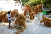 Đại gia đình khỉ 'khổng lồ' chờ xuống phố đi bộ Nguyễn Huệ