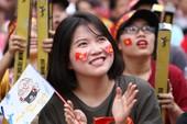 Ngắm những bóng hồng xinh đẹp tiếp lửa cho Olympic Việt Nam