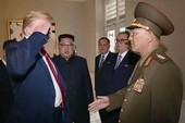 Ông Trump chào kiểu nhà binh với tướng Triều Tiên gây 'bão'