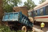 Xe tải va chạm với tàu hỏa, 2 người bị thương