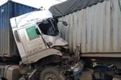 2 container đấu đầu trên quốc lộ, 1 tài xế tử vong