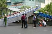 3 cổng chào phố đi bộ Nguyễn Huệ  sập, 1 người bị thương