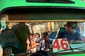Phụ xe buýt xách 'hàng' rượt đuổi người dân sau va chạm