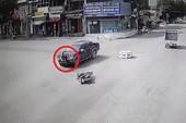 Cô gái vượt đèn đỏ 'đối đầu' xe bán tải giữa vòng xoay