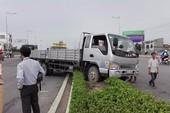 Xe tải mất lái, ôm trọn dải phân cách cầu Rạch Ngỗng