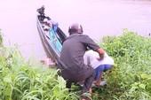 Thi thể người đàn ông lõa thể trôi sông