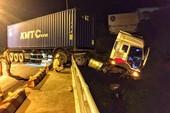 Xe container lơ lửng trên thành cầu Sêrêpốk