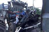 Xe tải húc đuôi ô tô đậu giữa đường, 2 người tử vong