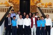 Thủ tướng Nguyễn Xuân Phúc chúc mừng các cô gái vàng
