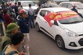 Dân lại mang ô tô ra đỗ đầu cầu để phản đối thu phí