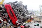 Xe khách lật sau tiếng nổ lớn, 2 người chết