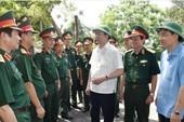 Chủ tịch nước thăm, động viên chiến sĩ trên đảo Ngư