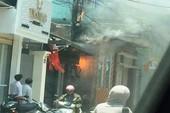 Cột điện bốc cháy dữ dội, nhiều người hoảng hốt