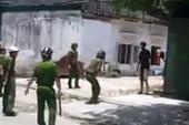 Cảnh sát vất vả khống chế kẻ ngáo đá cầm dao tự cứa cổ