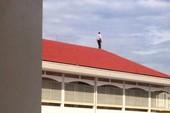 Bức ảnh người đứng trên nóc mái trường học gây xôn xao