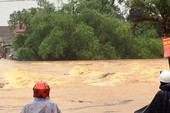 Mưa lớn núi lở ập vào nhà dân, sơ tán hàng trăm người